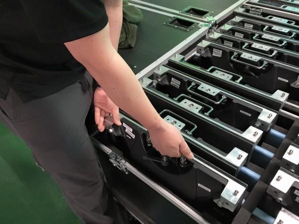 イベント会場への持ち運びを考え、フライトケースに収納し、トラックで運搬が可能になっています。