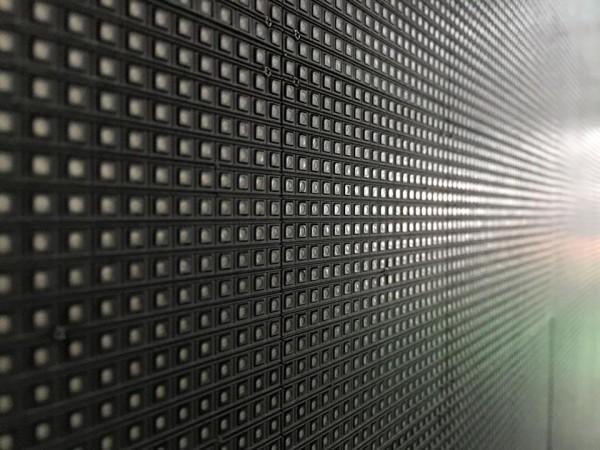 大型LEDライトのパネル表面。修理もパンダスタジオ内で行えるよう技術研修を8日受けてきました。