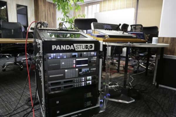 4K60p URSA Broadcast、ATEM 4M/Eを収めたラック。スタジオ収録も中継業務も基本的に同じラックにインストールしたシステムで対応している。