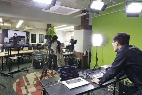 4K60p URSA Broadcast、ATEM 4M/Eを利用して撮影中。演者側からの様子。
