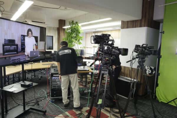 トレーニングビデオの撮影準備の一コマ。天井には手元を映すカメラも入れて4カメ撮影対応。